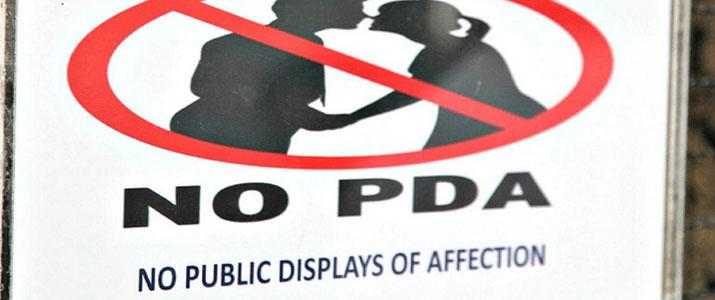 prohibidas las demostraciones de afecto en publico